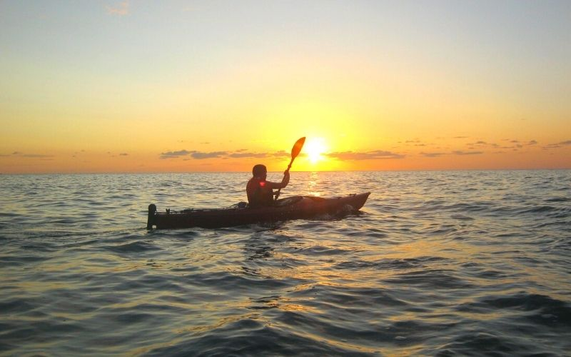 coucher de soleil depuis un kayak de mer