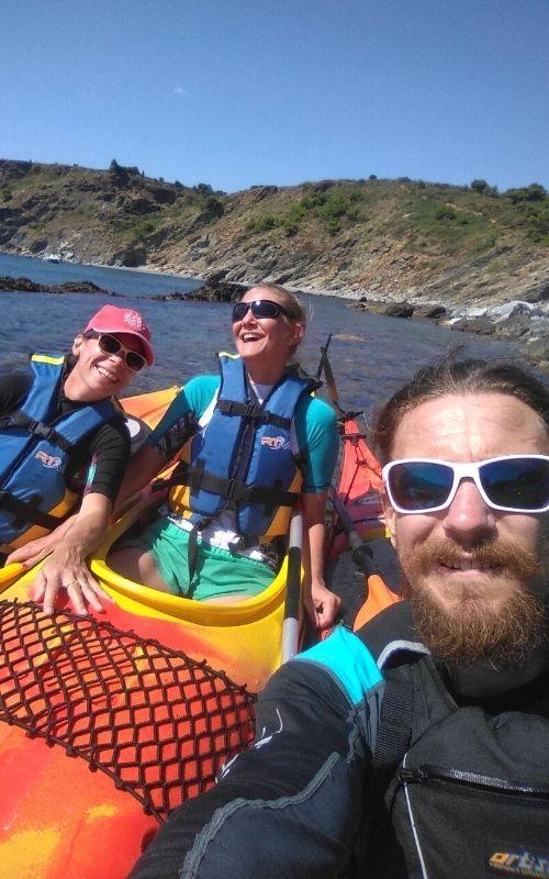 Bons moments entre amis en kayak de mer